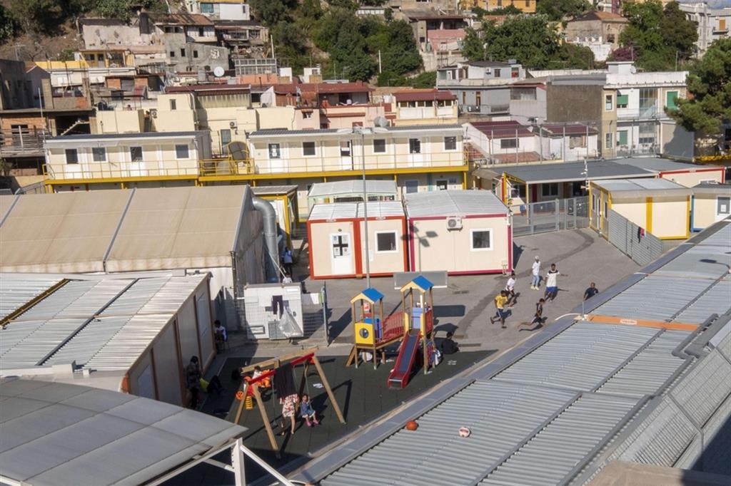 L'interno dell'hotspot di Messina 'Bisconte'. Con l'ordinanza di Musumeci verrebbe chiuso