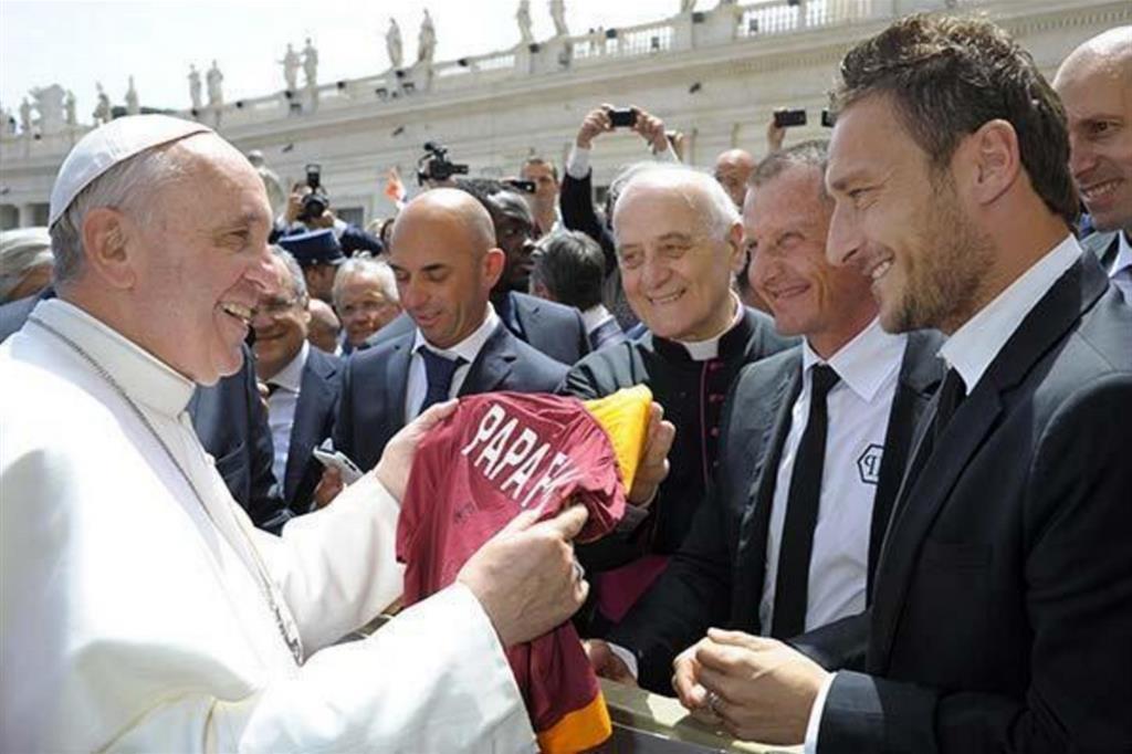 """Un incontro """"storico"""" in Vaticano fra papa Francesco e l'ex capitano della Roma e campione del mondo nel 2006 Francesco Totti"""