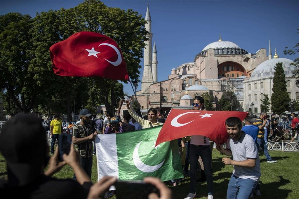 Manifestanti con bandiere turche e pachistane plaudono alla decisione di Erdogan su Santa Sofia