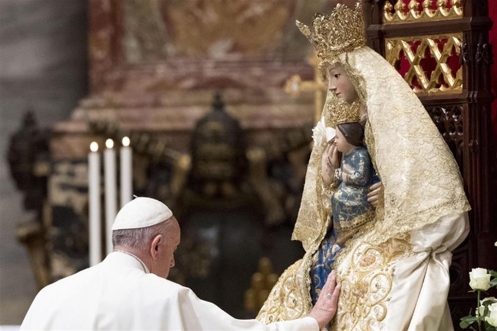 Il Papa davanti alla Madonna nella Basilica di San Pietro