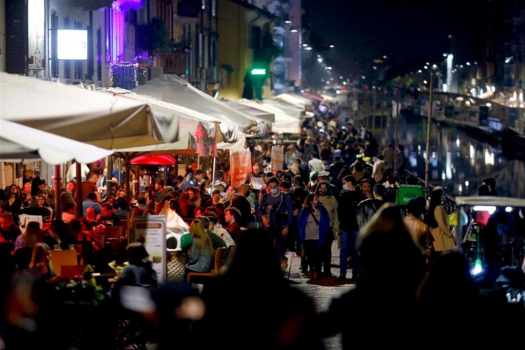 Assembramenti nelle ultime sere ai Navigli, Milano