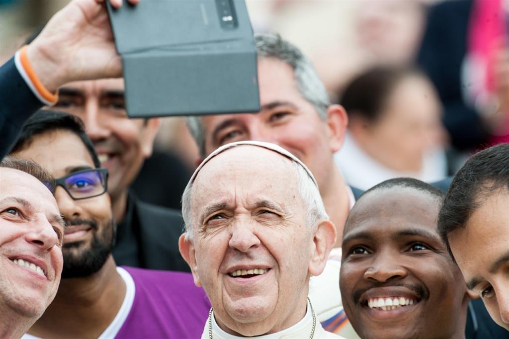 Il Papa con un gruppo di giovani