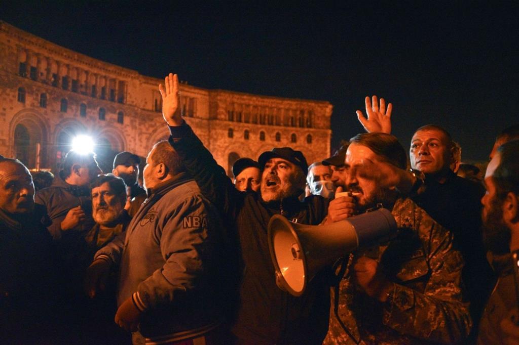La protesta degli armeni davanti alla sede del governo a Erevan