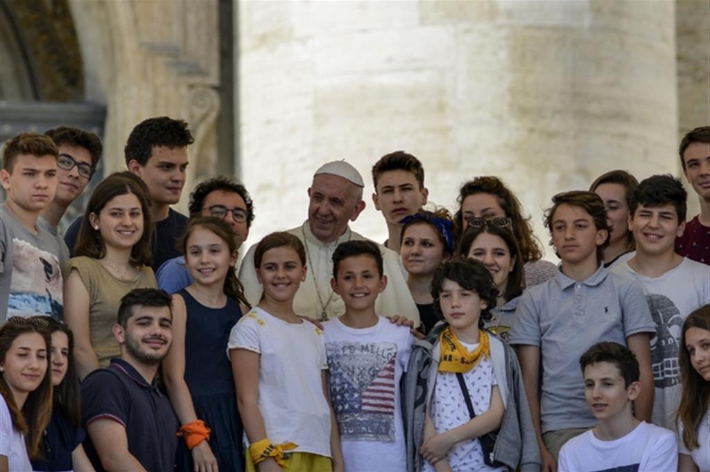 Papa Francesco con i giovani di una diocesi italiana in una udienza del 2018