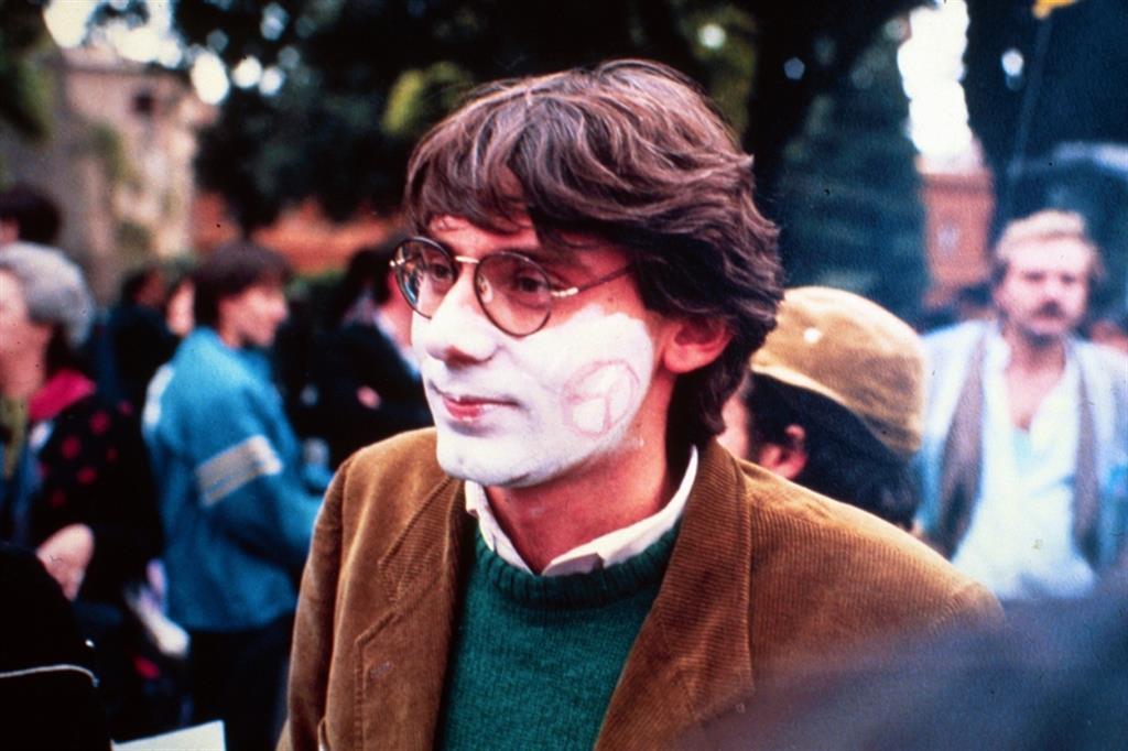 Giancarlo Siani, giornalista, durante una manifestazione. Fu assassinato dalla camorra a 26 anni per le sue inchieste sui rapporti tra politica e criminalità