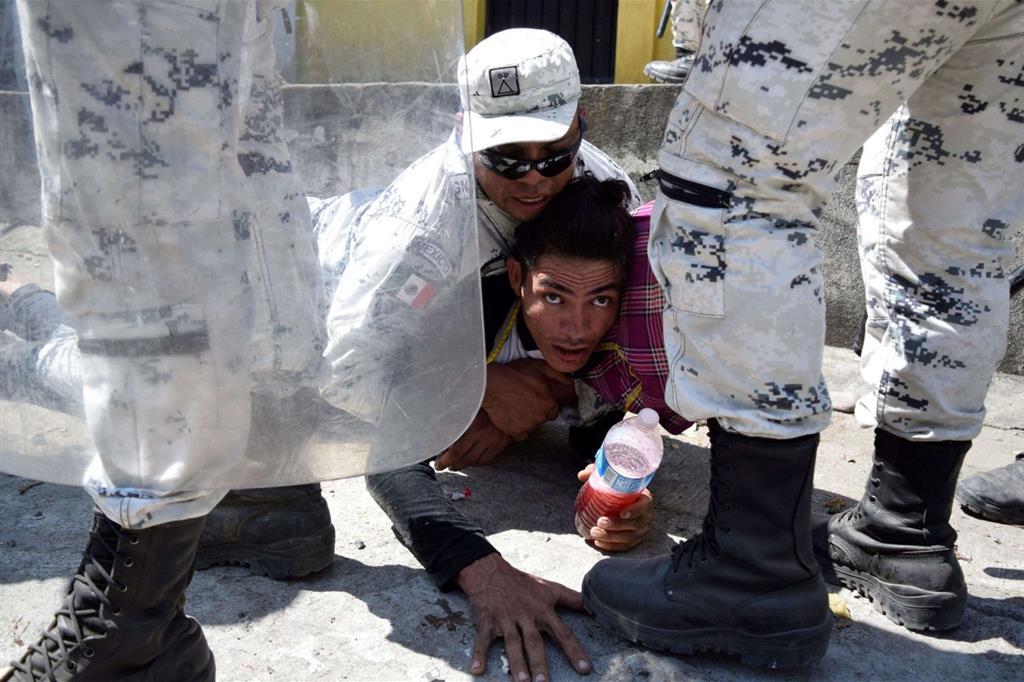 L'esodo partito dall'Honduras bloccato alle porte del Messico: oltre 4mila le persone migranti giunte alla frontiera messicana, circa due terzi sono honduregni, gli altri provengono da El Salvador, Nicaragua, Cuba e persone si sono aggiunte dallo stesso Guatemala. In fuga da disperazione e situazione insostenibile di povertà, da violenza e mancanza di diritti umani, vogliono raggiungere gli Usa. La guardia nazionale messicana ha usato le maniere forti e gas lacrimogeni per contenere i tentativi di forzare il blocco, mentre in tanti cercavano di passare la frontiera attraverso il fiume. - Reuters