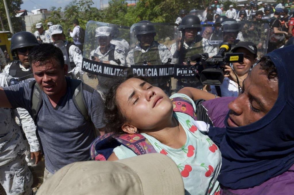 Non è riuscito il secondo tentativo di entrare in Messico di centinaia di migranti violentemente respinti da un ingente cordone di sicurezza al confine meridionale con il Guatemala e costretti a buttarsi nel fiume Suchiate per tornare indietro. Le foto pubblicate dai media internazionali mostrano agenti della Guardia nazionale che per bloccarli utilizzano i loro scudi e lanciano gas lacrimogeni su uomini e donne con bambini in braccio. - Reuters