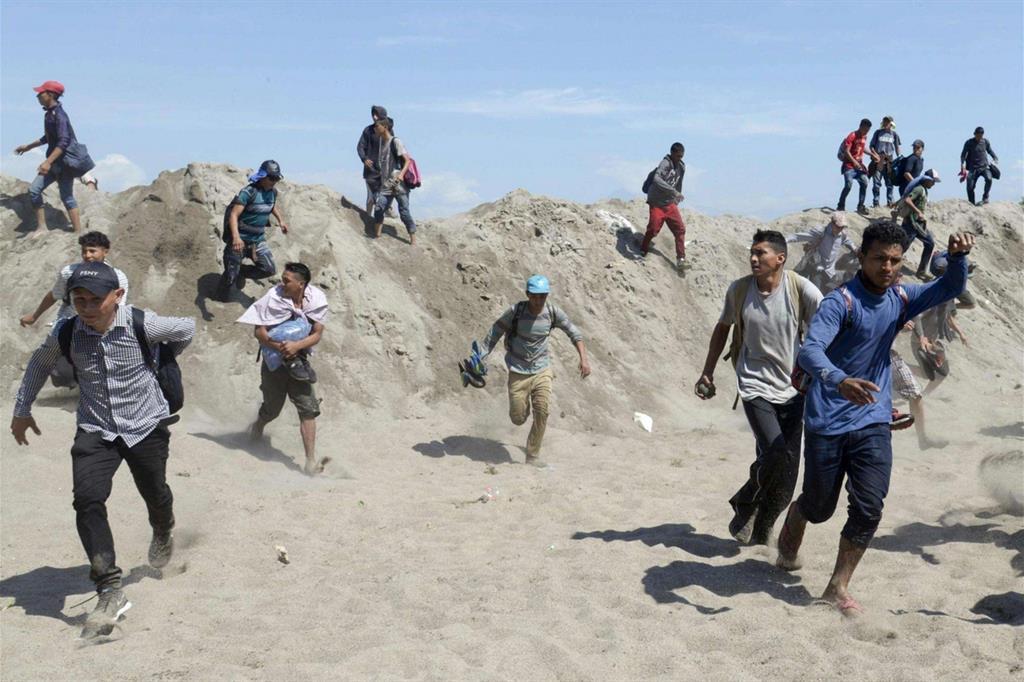 Prima di fuggire i migranti si sono difesi con lanci di pietre. Un altro gruppo di 200 migranti, che ha superato con successo il confine, è stato poi intercettato dalla Guardia nazionale mentre si dirigeva a piedi verso la città di Tapachula (Sud). - Reuters