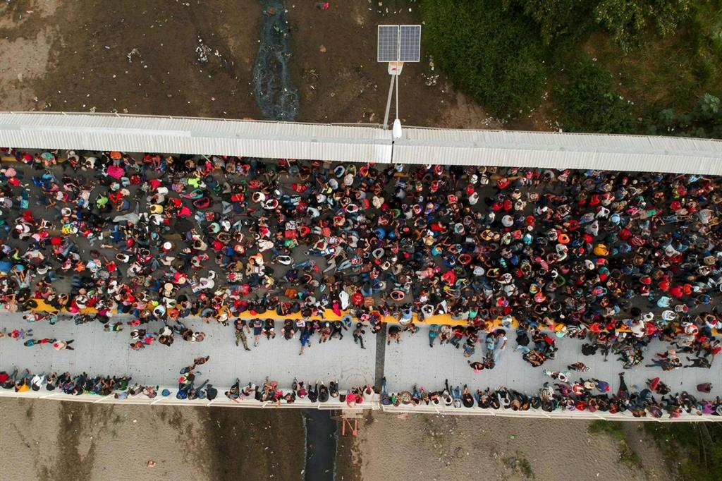 """L'era delle """"carovane"""" centroamericane era iniziata nell'autunno del 2018; a un primo esodo collettivo, che si era snodato fino a Tijuana, ai confini con la California, ne era seguito un secondo, e poi un terzo, e poi altri ancora. Lo scorso anno, l'accordo tra gli Stati Uniti e il Messico aveva """"sigillato"""" le frontiere. Trump aveva anche firmato in estate un accordo con il Guatemala, definito """"terzo Paese sicuro"""". In pratica, i richiedenti asilo negli Usa avrebbero potuto attendere la risposta alla loro richiesta nel Paese centroamericano, così come accade per il Messico, in cambio di aiuti. - Ansa"""