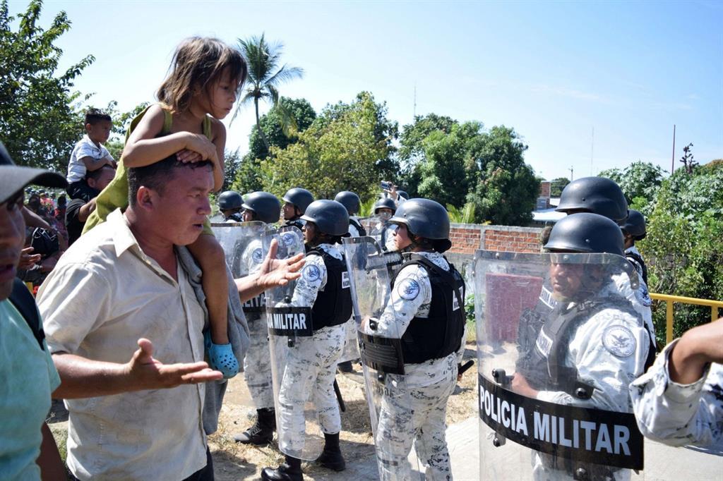"""Gran parte della carovana è giunta nel fine settimana alla frontiera messicana, dividendosi in vari punti. La maggioranza è Tecún Umán, l'ultima città prima del rio Suchiate, oltre il quale c'è lo Stato messicano del Chiapas. """"Siamo molto preoccupati – spiega padre Juan Luis Carbajal, responsabile della pastorale della mobilità umana della Conferenza episcopale guatemalteca in un'intervista al Sir -. Già 4mila persone sono alla frontiera con il Messico, e sto parlando solo di coloro che sono giunti a Tecún Umán, l'ultima città prima del rio Suchiate, nel dipartimento di San Carlos. Altri stanno cercando di entrare dal dipartimento del Petén nello Stato messicano del Tabasco. Ma ci dicono che altri 4mila stanno arrivando. Per noi gestire 8mila persone diventerebbe un grande problema umanitario. In questo momento stiamo facendo un grande sforzo, riusciamo a distribuire migliaia di pasti, grazie a un grande numero di generosi volontari. Il ponte sul fiume è come un imbuto, e praticamente nessuno passa"""". - Reuters"""