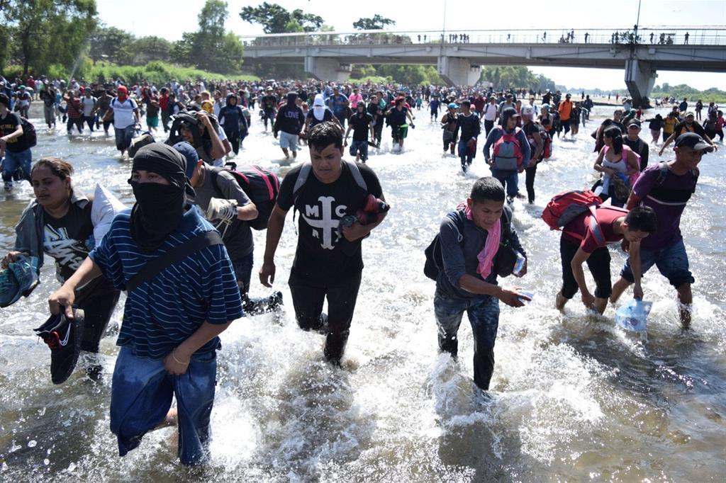 La carovana di migranti respinta in Messico. Lacrimogeni lanciati sui bambini
