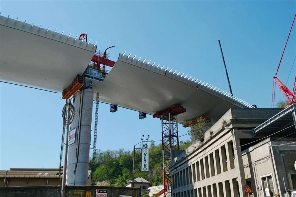 Una volta montata in quota l'ultima campata, sarà completata - a 10 mesi dal getto della prima fondazione delle pile (il 24 giugno 2019, ndr) - la struttura del nuovo viadotto sul Polcevera. - Fotogramma