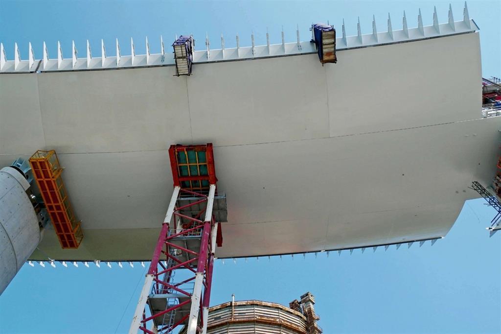 Ad essere sollevato, segnando il sesto varo da inizio mese, sarà l'impalcato tra le pile 11 e 12. La campata, una volta imbragata, sarà poi issata dagli strand jack, andando a completare i 1.067 metri totali. - Fotogramma