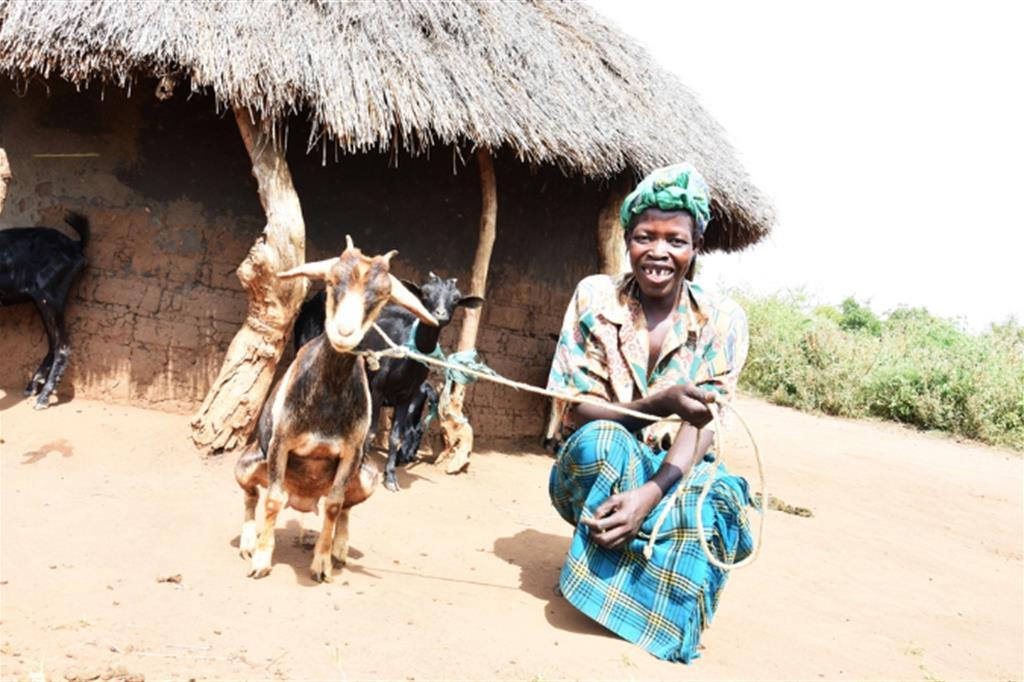 I campi stanno dando buoni frutti e grazie ai guadagni i bambini possono frequentare la scuola. Alice e il marito progettano di mandare i figli in un istituto professionale, di ingrandire il piccolo allevamento di bestiame e di continuare a partecipare al gruppo di risparmio della comunità - Avsi