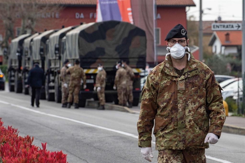 Zone rosse, camion militari portano via le bare a Bergamo per la cremazione - Ansa - Libro photoANSA 2020