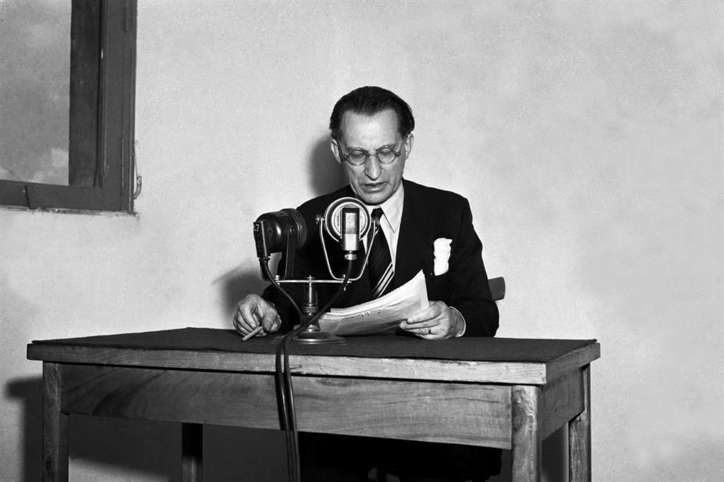 C'era una volta, 75 anni di foto Ansa. il presidente del Consiglio Alcide De Gasperi parla alla radio nel 1946 - Ansa - Libro photoANSA 2020