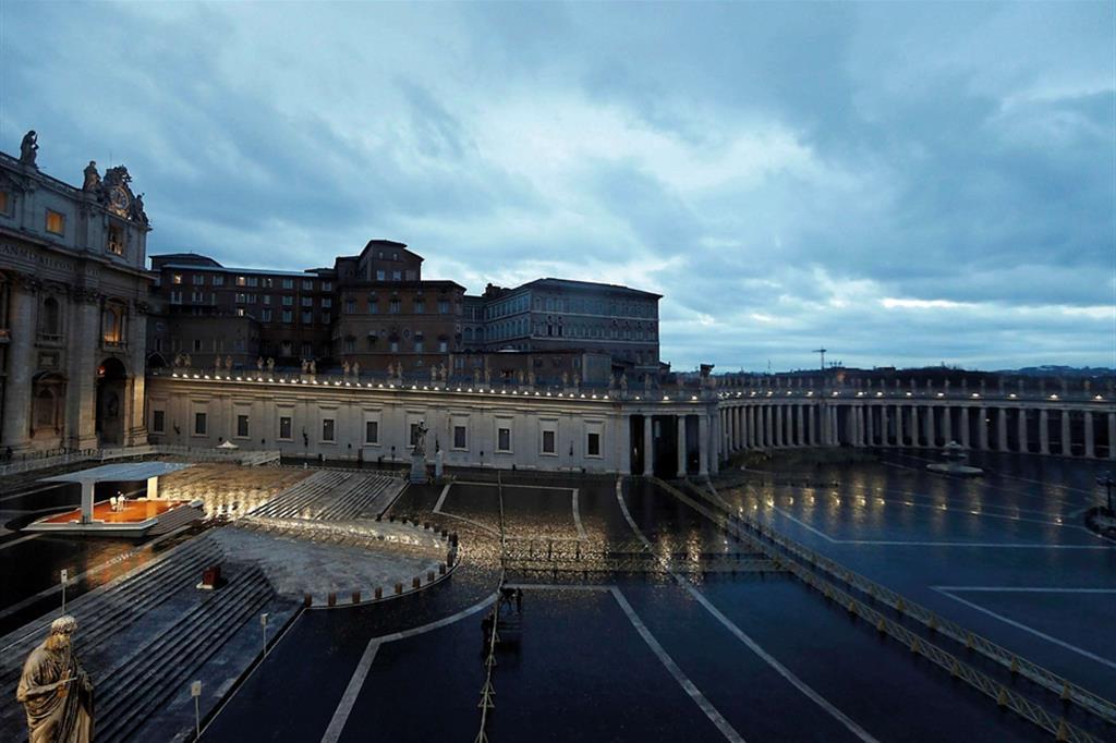 La benedizione Urbi et Orbi di papa Francesco in una piazza San Pietro grigia e vuota sotto la pioggia - Ansa - Libro photoANSA 2020