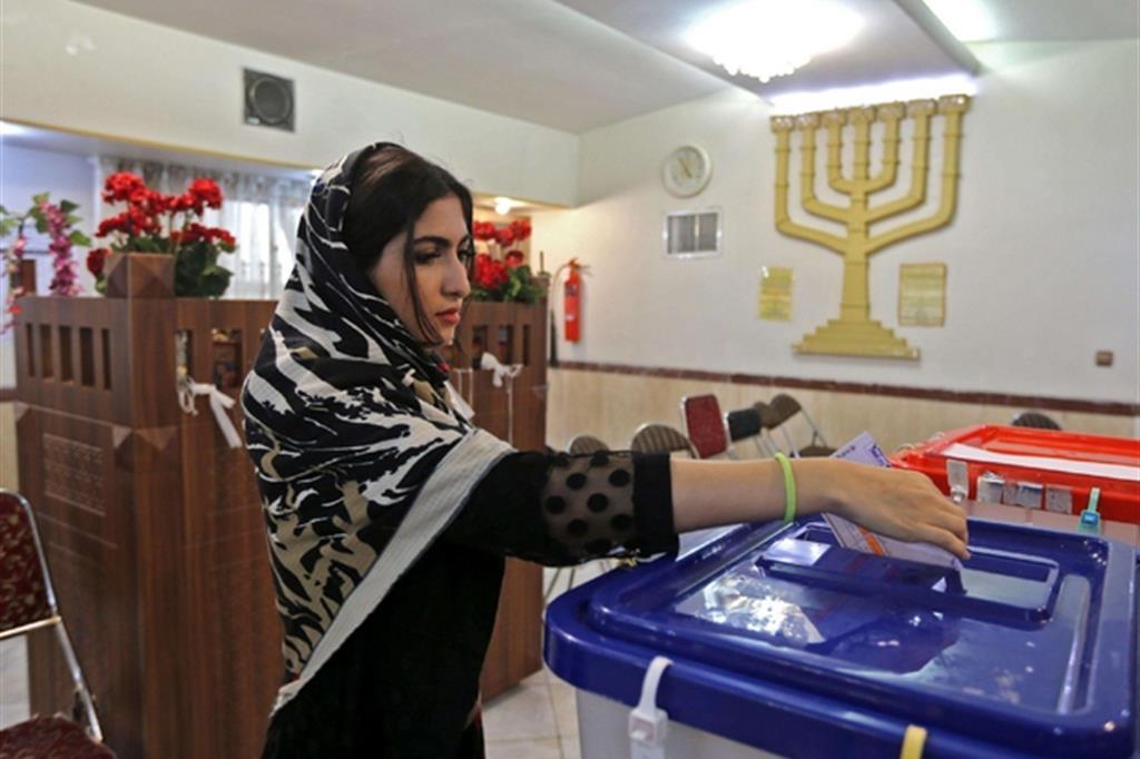 Un giovane ebrea iraniana al voto nella capitale Tehran
