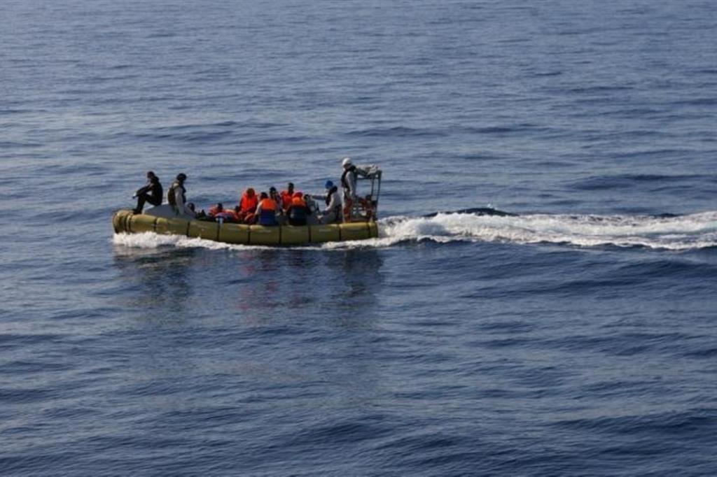 Un barcone di migranti nel Mediterraneo, immagine d'archivio