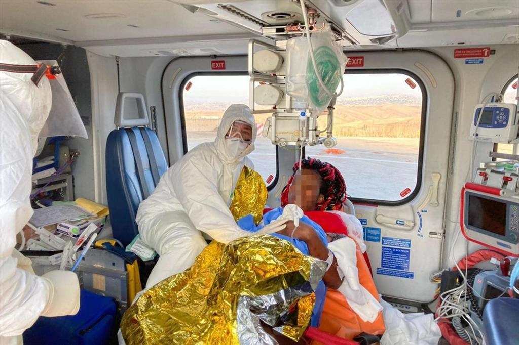 Il parto di una donna migrante sull'elicottero del 118, in volo da Lampedusa