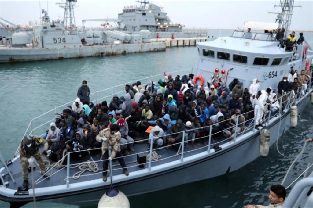 Migranti su una motovedetta libica