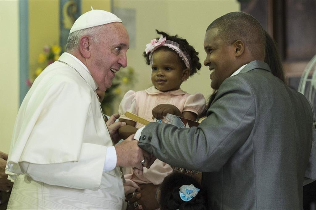 Papa Francesco incontra una Famiglia durante il viaggio negli Usa nel settembre 2015