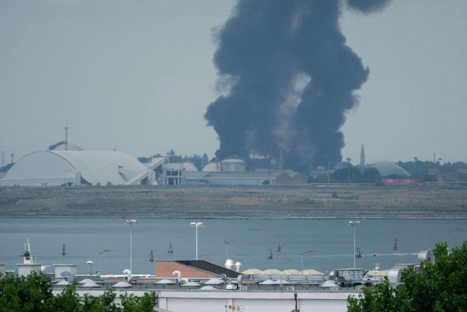 Incendio in uno stabilimento chimico di Marghera: 2 feriti gravi