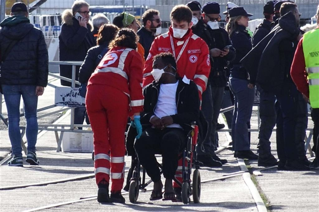 Approdano a Taranto i profughi della Ocean Viking