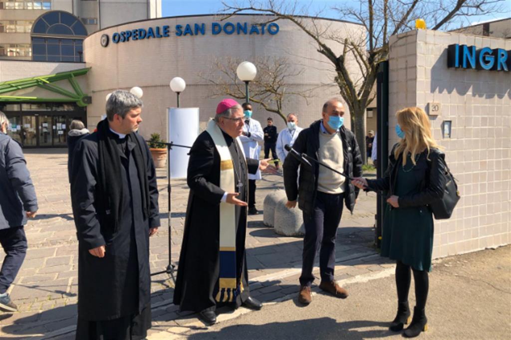 L'arcivescovo Fontana di fronte all'ospedale di Arezzo