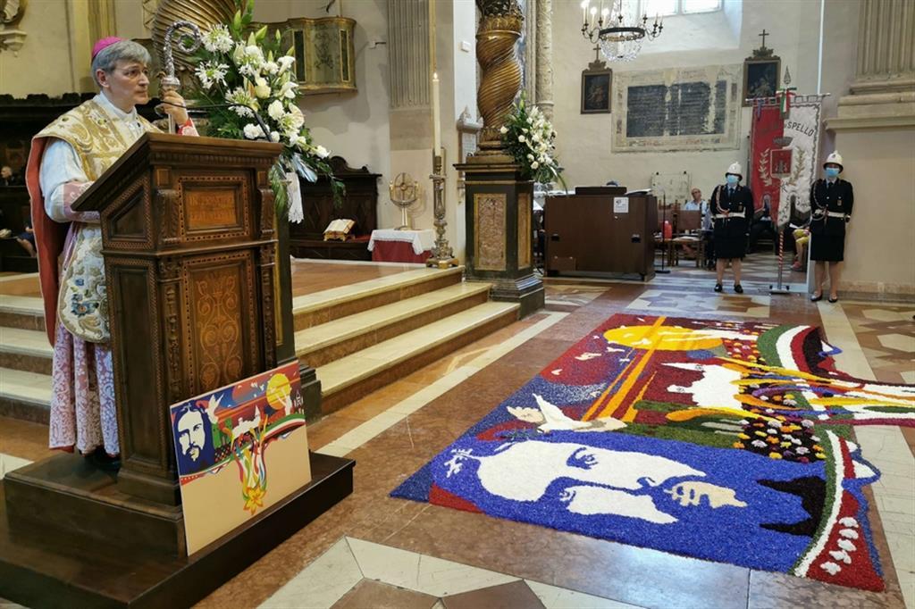 L'infiorata nella parrocchia di San Lorenzo a Spello, in diocesi di Foligno, con il vescovo Gualtiero Sigismondi - .