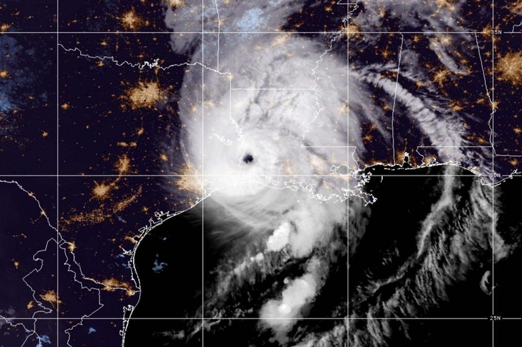 L'uragano Laura, dopo essersi abbattuto sulla Louisiana sudoccidentale, vicino al confine con il Texas, con venti fino a 241 km/h e piogge torrenziali, si è indebolito in una tempesta di categoria 3, con venti massimi a 195 km/h. - Ansa