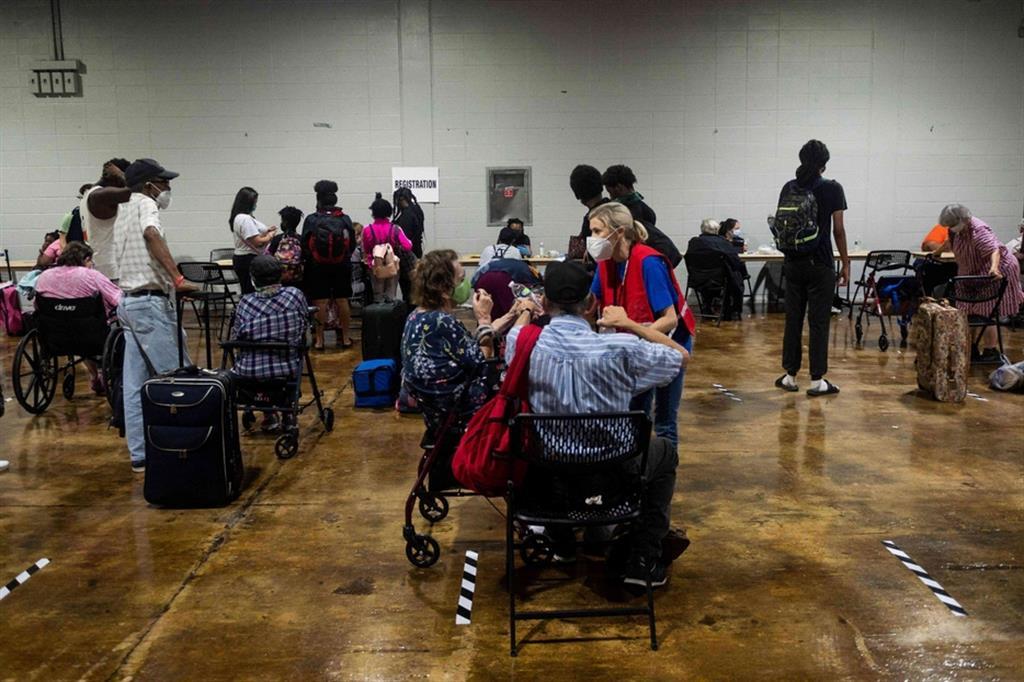 In seguito all'arrivo dell'uragano Laura sulla Louisiana sudoccidentale, vicino al confine con il Texas, con venti forti e piogge torrenziali, oltre 290mila case e attività commerciali sono senza elettricità nei due Stati. Qui lo stadio di Charles Lake diventato rifudio - Ansa