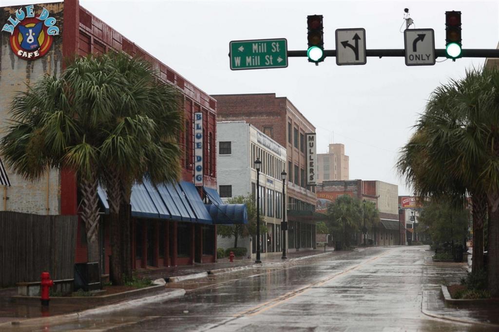 Laura è una tempesta di proporzioni storiche, con la velocità del vento all'approdo che ha superato l'uragano Katrina del 2005. L'uragano in rapido movimento è esploso di intensità ieri e ha continuato a guadagnare forza nella notte, con venti sostenuti di 240 chilometri orari, Qui la strada principale di Lake Charles, in Louisiana - Ansa