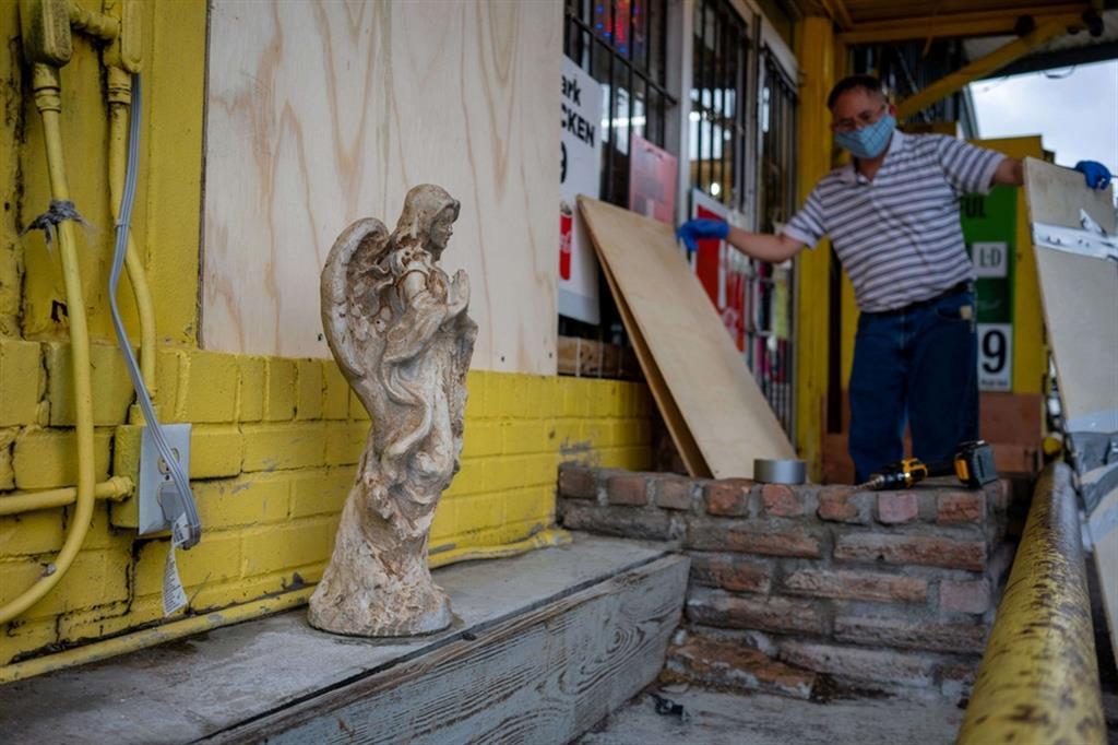 Francis Cao protegge il suo negozio a Abbeville, Louisiana - Reuters