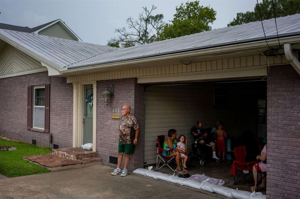 Roger Taylor nel garage di casa con tutta la famiglia a Abbeville, Louisiana - Reuters