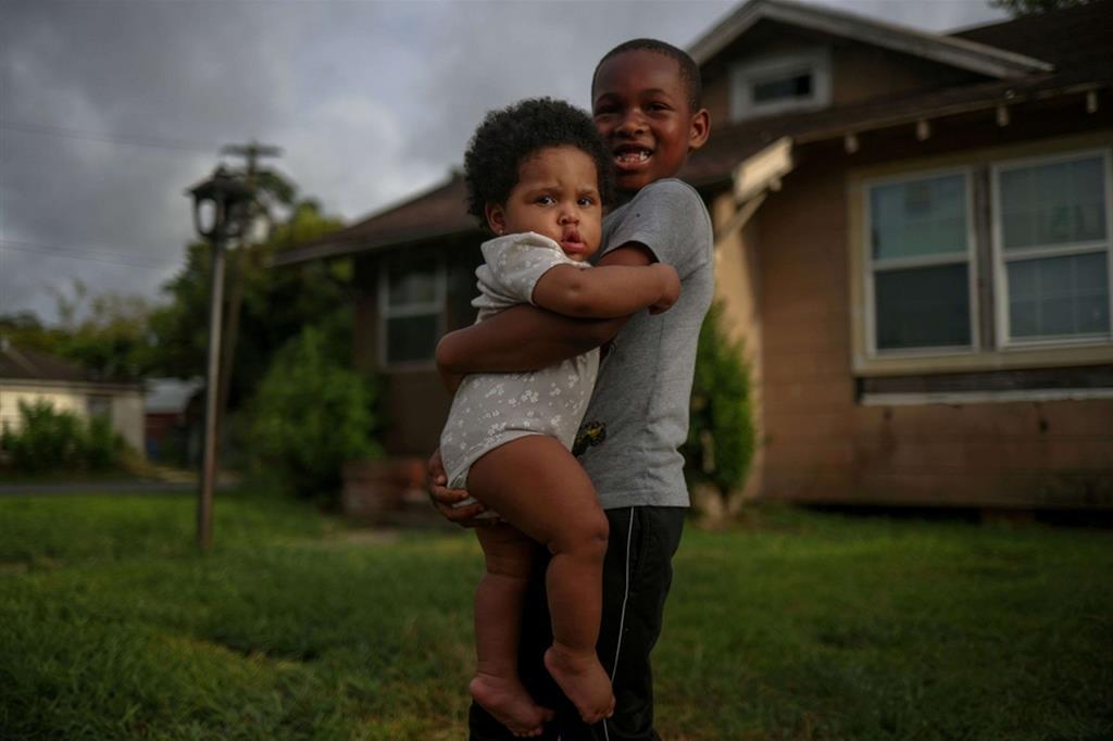 Vincent Turner, 6 anni, abbraccia la sorellina Faith, 8 mesi, prima dell'arrivo dell'uragano Laura a Beaumont, Texas - Reuters