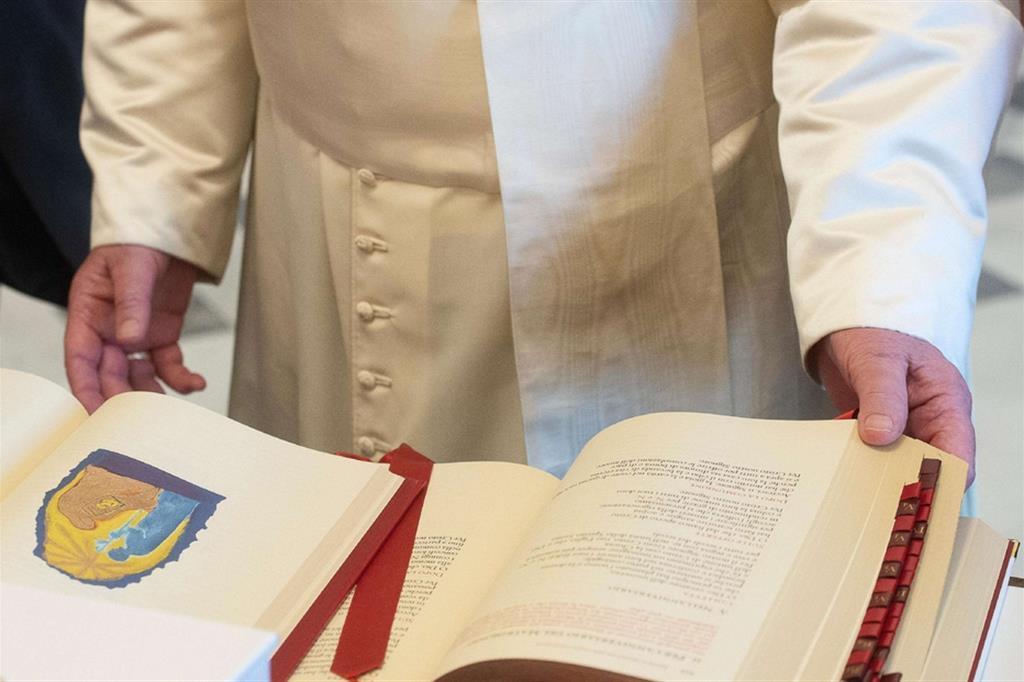 Papa Francesco mentre sfoglia il nuovo Messale Romano in italiano