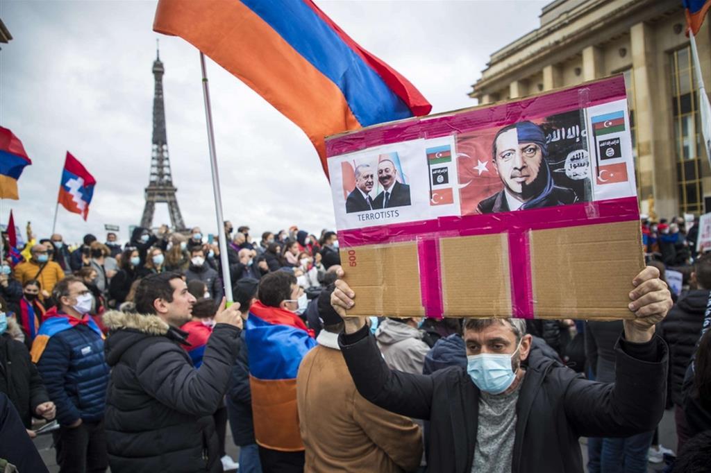 La protesta a Parigi contro le parole pronunciate dal presidente turco Erdogan
