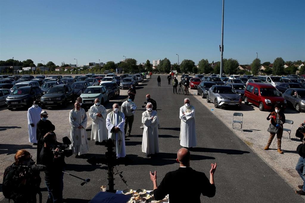 Le auto erano state parcheggiate con cura a non meno di un metro l'una dall'altra sul grande parcheggio del parco esposizioni - Ansa