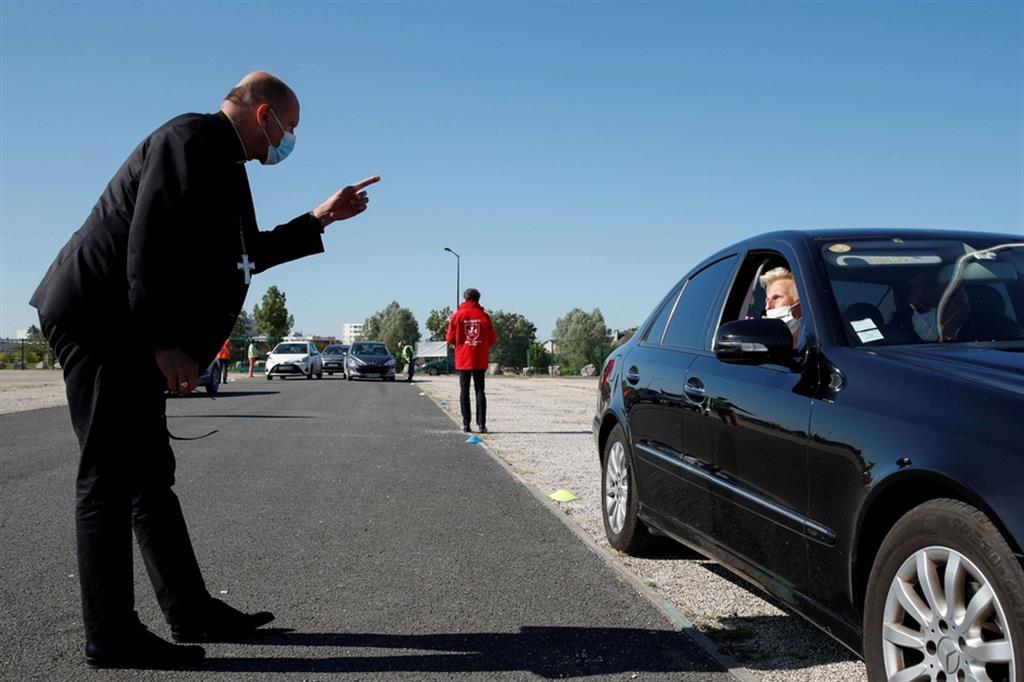 """""""Questa Messa in automobile non è una scorciatoia - ha commentato monsignor Touvet, vescovo di Chalons, autore dell'iniziativa - è una vera messa. È una vittoria della vita"""". - Ansa"""