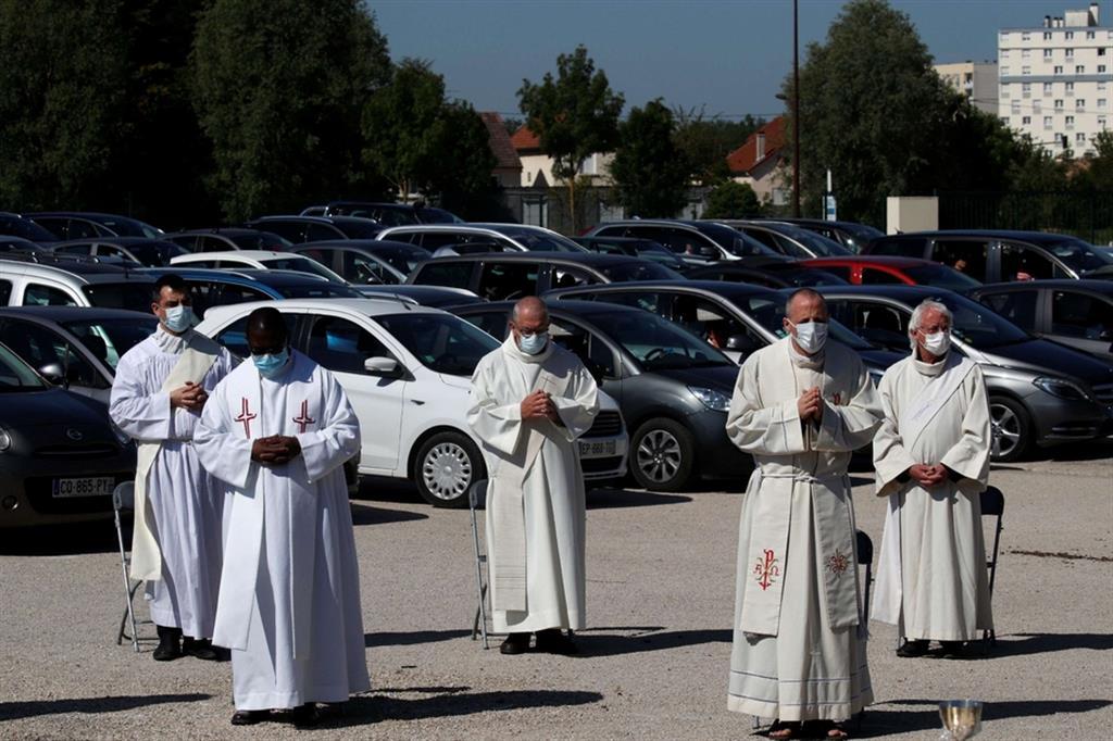 Per evitare che i fedeli aprissero i finestrini o uscissero dalle auto, la messa era trasmessa dall'emittente cattolica locale, e poteva essere ascoltata dalle autoradio. - Ansa