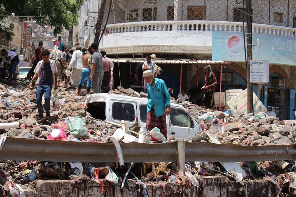 I detriti e i rifiuti lasciati dalle alluvioni nel centro della città meridionale di Aden