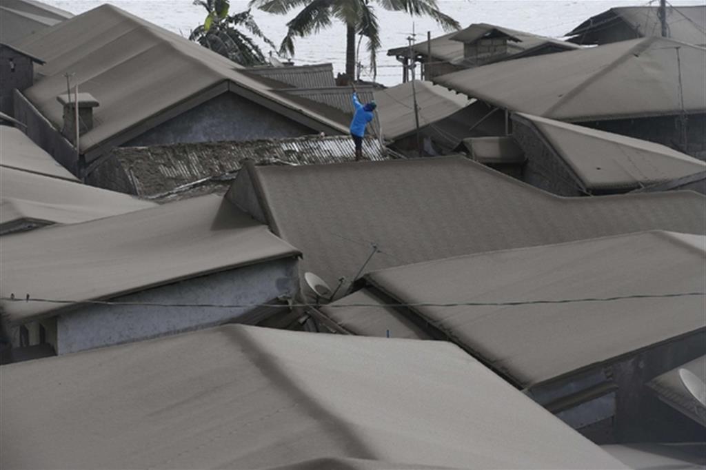 I tetti coperti di cenere due giorni dopo l'eruzione del vulcano Taal, a sud di Manila - Ansa
