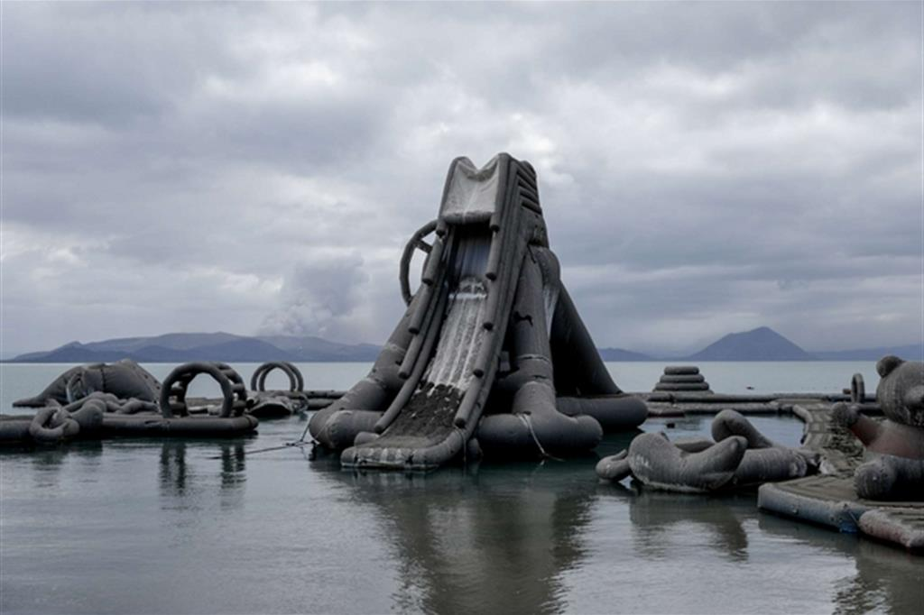 I gonfiabili di un parco giochi sul lago Taal ricoperti di cenere - Reuters / Eloisa Lopez