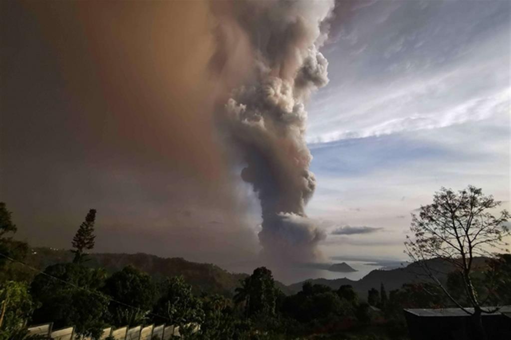 Filippine, l'eruzione del vulcano Taal ricopre tutto di cenere