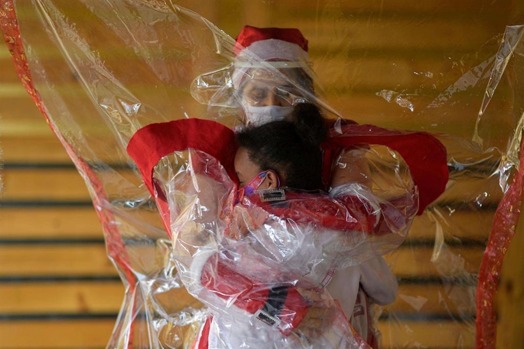 """Dal Brasile l'abbraccio """"anti contagio"""" del Natale"""