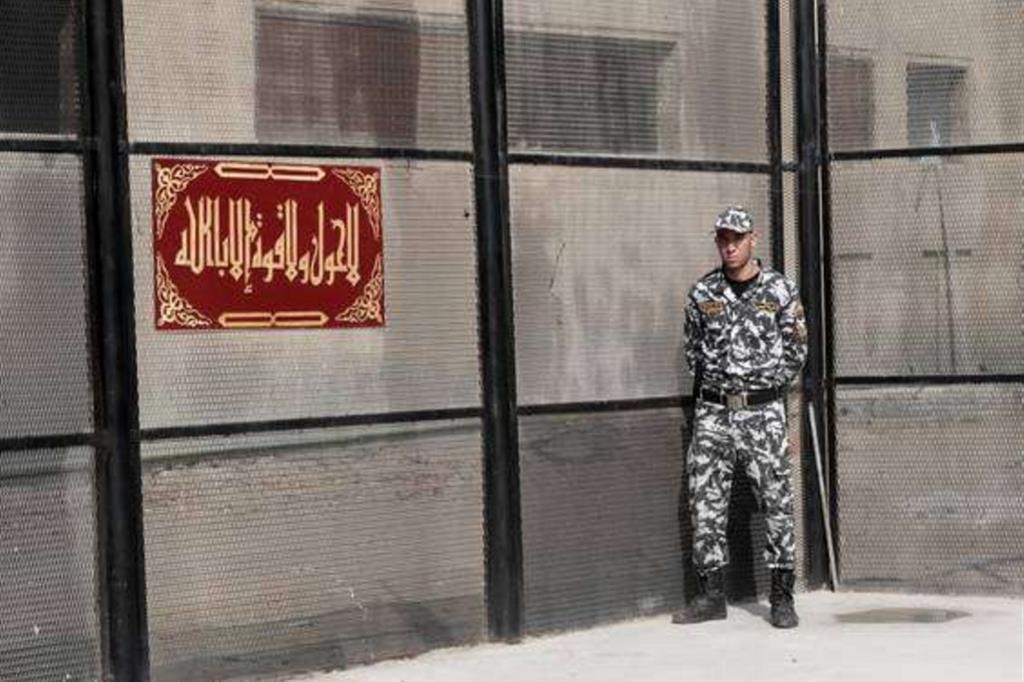 Un soldato nel carcere di Tora, a sud del Cairo, in Egitto