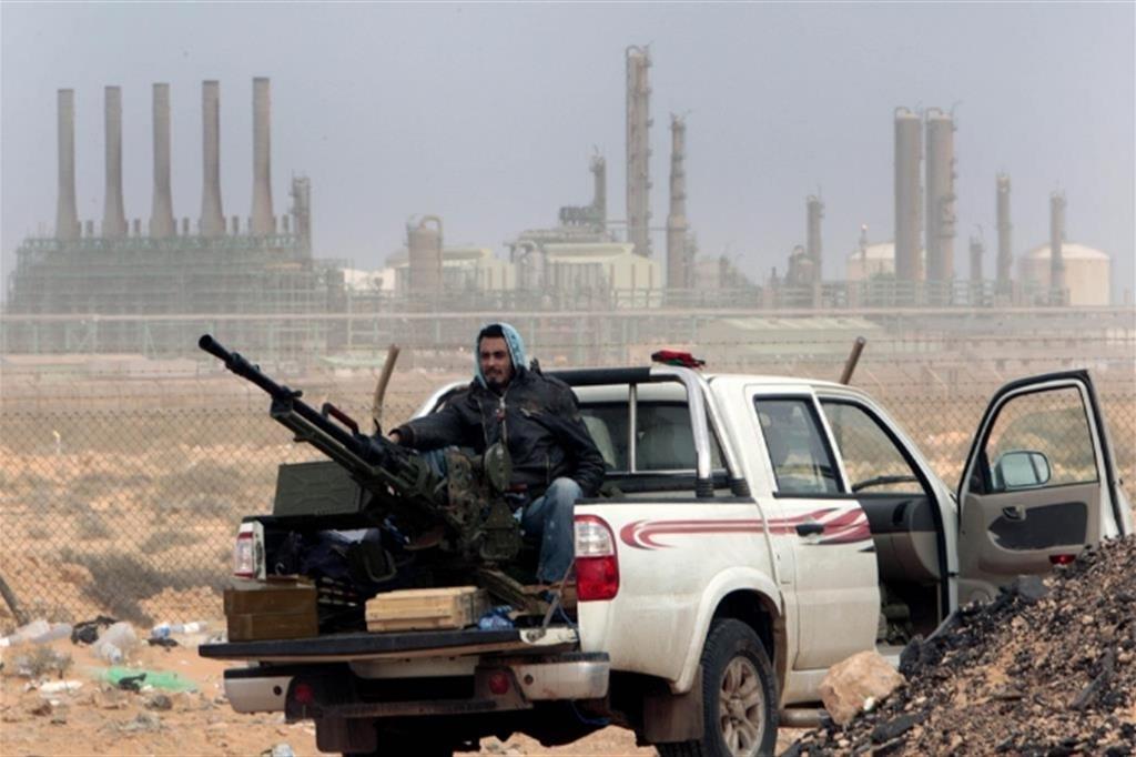 Milizie sorvegliano una raffineria in Libia