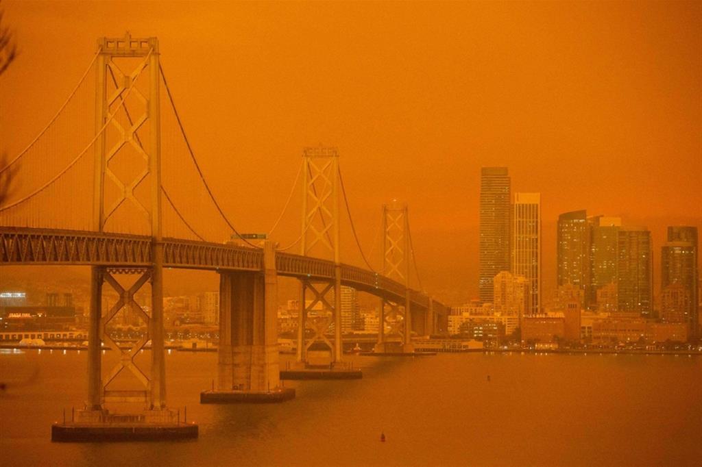 Immagini incredibili da San Francisco. Sembra un filtro invece è proprio così che è apparso il ponte sulla baia della città negli Usa. Gli incendi che stanno devastando la California hanno infatti reso il cielo arancione a causa del fumo - Ansa