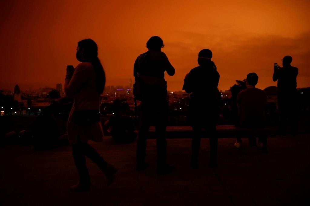 I turisti al Dolores Park di San Francisco fotografano l'intensità del cielo - Reuters